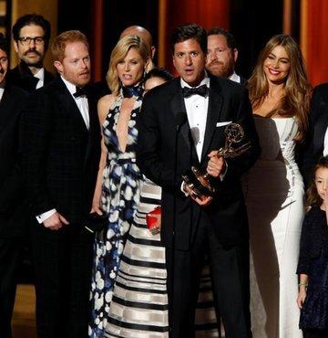 """RTÜK, """"beIN Series HD Comedy"""" kanalında yayımlanan """"Modern Family"""" dizisine, evlilik dışı çocuk edinmenin olağan karşılandığı sahneler ve küfürlü söylemler nedeniyle 2 program durdurma ve idari para cezası verdi"""