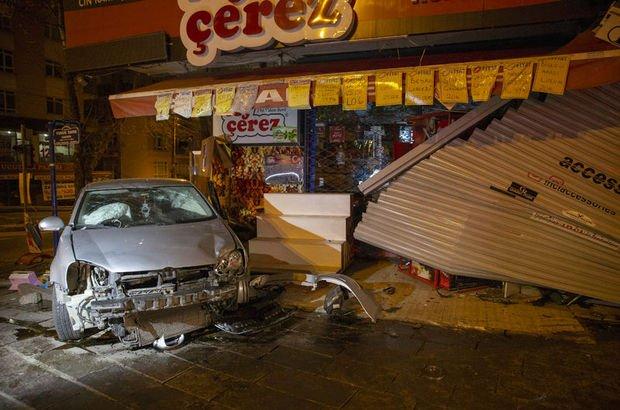 Kontrolden çıkan otomobil iki dükkana çarptı