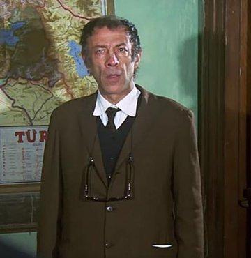 Türk sinemasında birçok filmde rol alan ve oynadığı karakterler ile hafızalara kazınan Münir Özkul, geçtiğimiz yıl bugün, 93 yaşında hayatını kaybetti. usta oyuncu Münir Özkul, vefatının birinci yılında saygıyla anılıyor