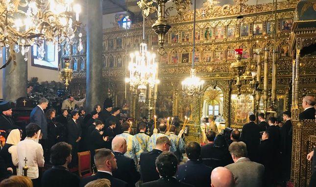 Poroshenko, Patrik'in yönettiği ayinde saygı ile eğilirken... Sağında aşağıdakileri eşi ve çocukları...
