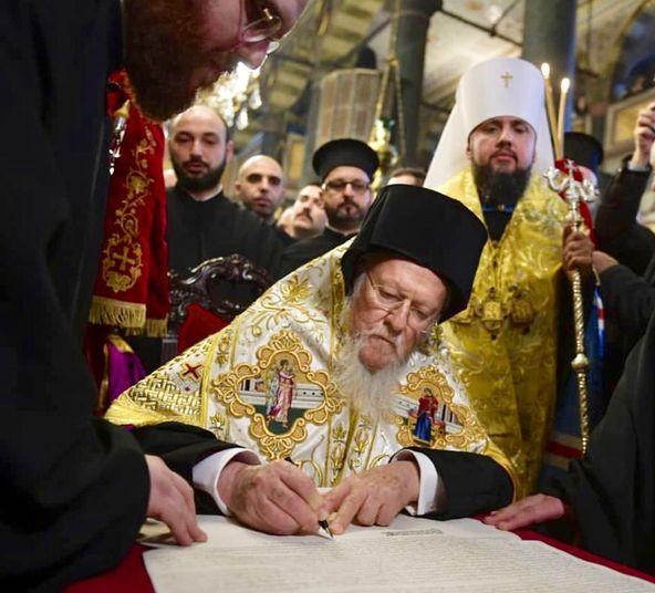 Patrik Bartholomew I; Ukrayna Kilisesi'ni Moskova'dan ayıran akdi imzalıyor.
