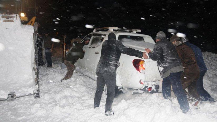 Yüksekova'da karda mahsur kalan 40 kişi kurtarıldı
