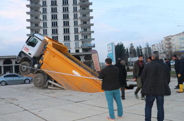 Adıyaman'da kamyon çukura düştü