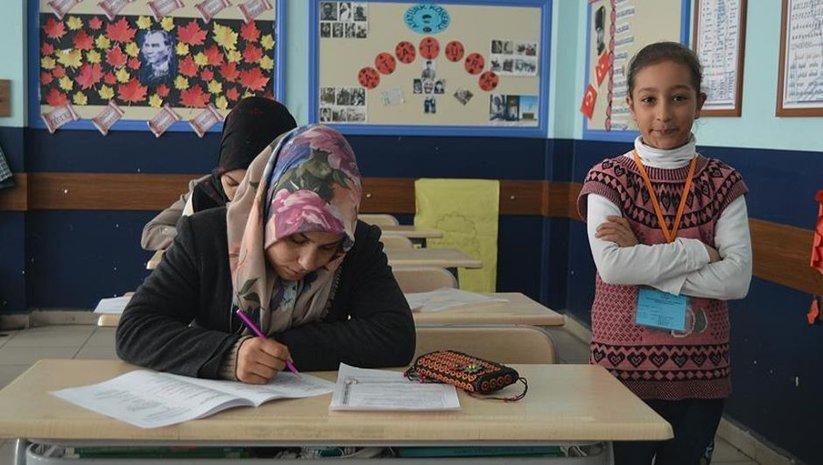 'Okuma aşkı' ile girdikleri sınavda çocukları gözetmen oldu