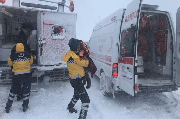 Yolda mahsur kalan aile donmak üzereyken kurtardı