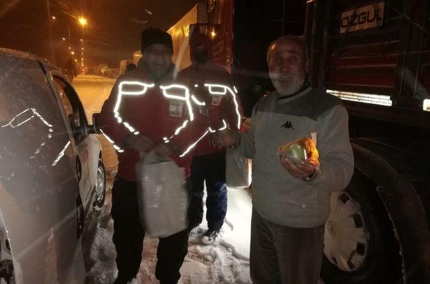 Kızılay, yolda kalan TIR şoförlerine kumanya dağıttı