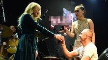 Sahnede sürpriz evlilik teklifi! Yüzüğü Demet tuttu