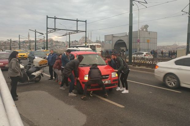 Tıkanan köprü trafiğine vatandaş el attı