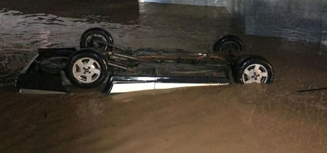 İzmir'de su dolan alt geçitte kalan araç çıkarıldı