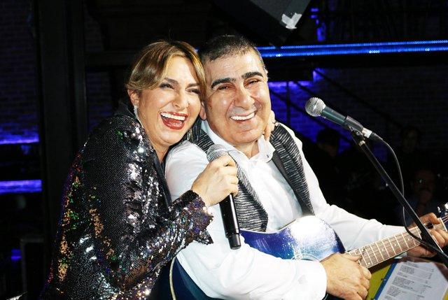Eda Özülkü-Metin Özülkü çifti evlilik yıldönümlerini sahnede kutladı - Magazin haberleri