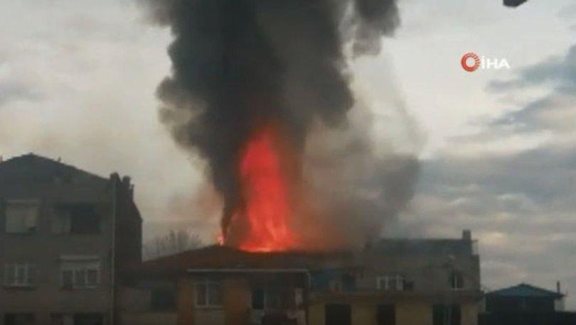 Kadıköy'de bir binanın çatısı alev alev yanıyor!