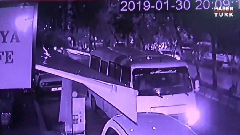 Ağaç minibüsün üzerine devrildi! O anlar kameraya yansıdı