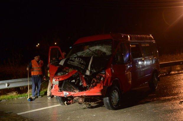Sinop'ta iki minibüs kafa kafaya çarşıtı