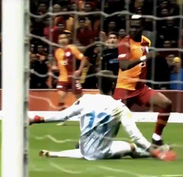 Galatasaray - Trabzonspor maçında tartışmalı pozisyonlar! Ümit Öztürk'e büyük tepki
