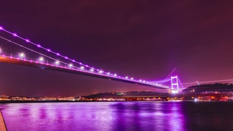 İstanbul'da köprüler mora büründü