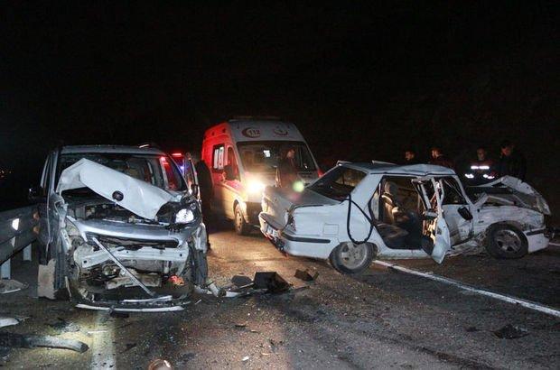 Adana'da iki araç kafa kafaya çarpıştı! 5 yaralı
