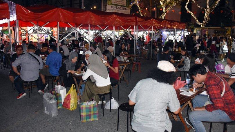 Kuala Lumpur halkının akşam eğlencesi sokak yemekleri