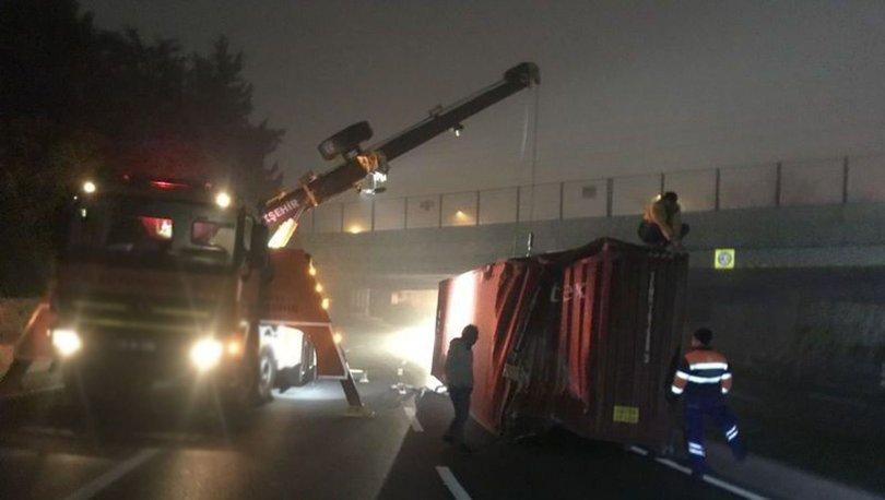 Bakırköy'de TIR'daki konteyner yola devrildi