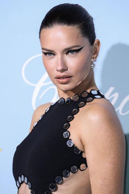 Adriana Lima, 14 Şubat'ı yalnız geçirmedi - Magazin haberleri