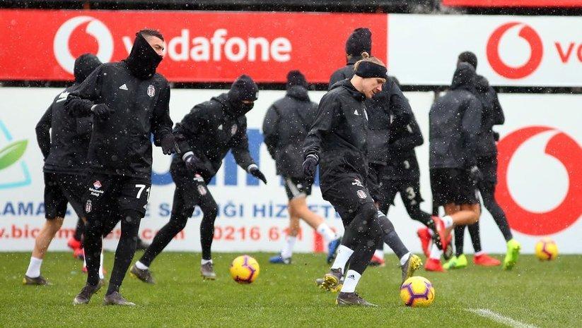 Beşiktaş, kar yağışı altında çalıştı