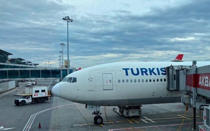 Körükte yolcu almak üzere olan Boeing 777-300 ER model, Akdeniz isimli uçağımız.
