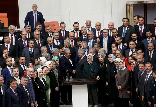 Şentop, İstanbul Büyükşehir Belediye Başkan adaylığı için TBMM Başkanlığı'ndan istifa eden Binali Yıldırım ve milletvekilleri ile hatıra fotoğrafı çektirdi.