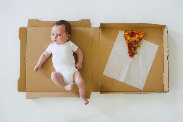 Bebeğinin büyümesini pizza dilimleri ile kaydetti