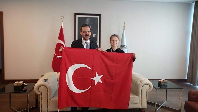 Bakan Kasapoğlu, bayrak hassasiyetiyle takdir toplayan Selen Gündüz ile buluştu