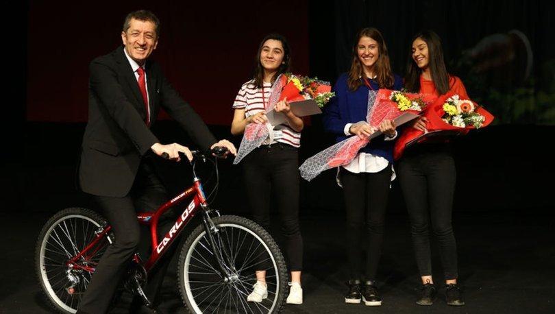 Milli Eğitim Bakanı Ziya Selçuk bisiklete bindi