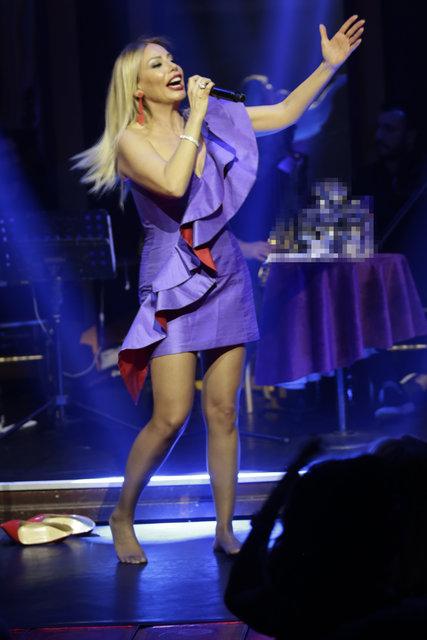 Şarkıcı Linet yalın ayak 'İsyan' etti - Magazin haberleri