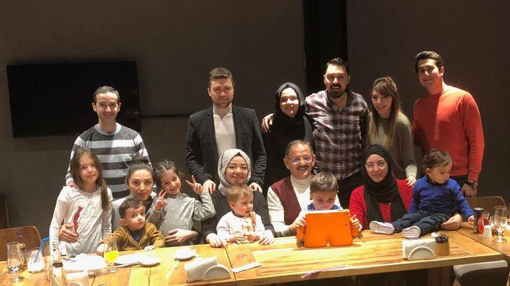 """Mehmet Özhaseki'nin yemek yapma merakını eşi Neşe Hanım'a sordum, """"Mehmet Bey'in eli gerçekten çok lezzetli. Çocuklar da yemeklerini beğeniyor. Dediği gibi iyi yemek yapar ama dağınıklığı toplamak da bana düşer!"""" diyor."""