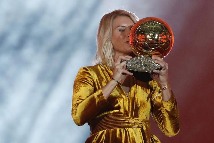 Norveçli futbolcu Ada Hegerberg, geçen yıl 3 Aralık'ta 'Ballon d'Dor' ödülünü almıştı.