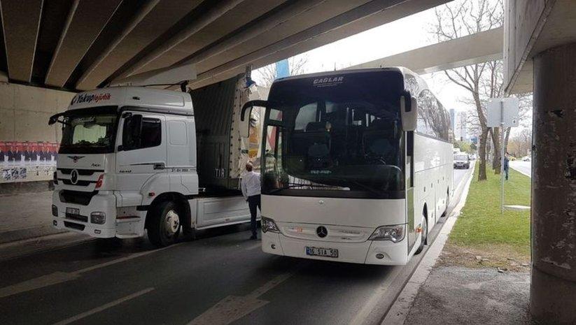 TIR ve otobüs aynı anda aynı yerde!