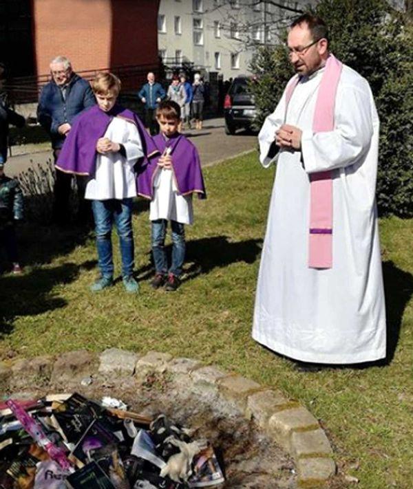 Polonyalı rahipler cayır cayır kitap yakıyorlar, üstelik bu işi ufak yaştaki çocukların gözlerinin önünde yapıyorlar!