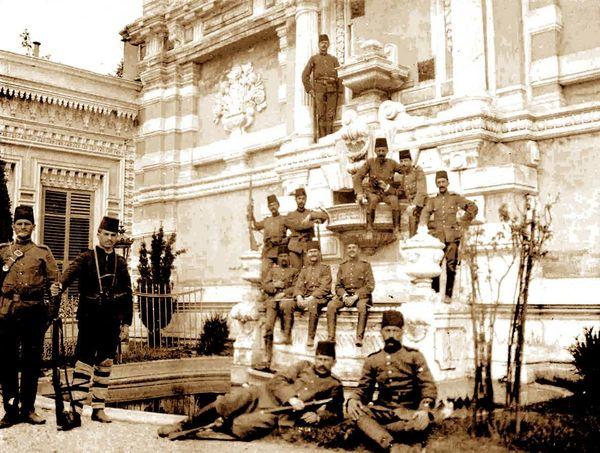 31 Mart ayaklanmasının ve Sultan Abdülhamid'in tahtından indirilmesinin ardından Yıldız Sarayı'nı işgal eden Hareket Ordusu askerleri.