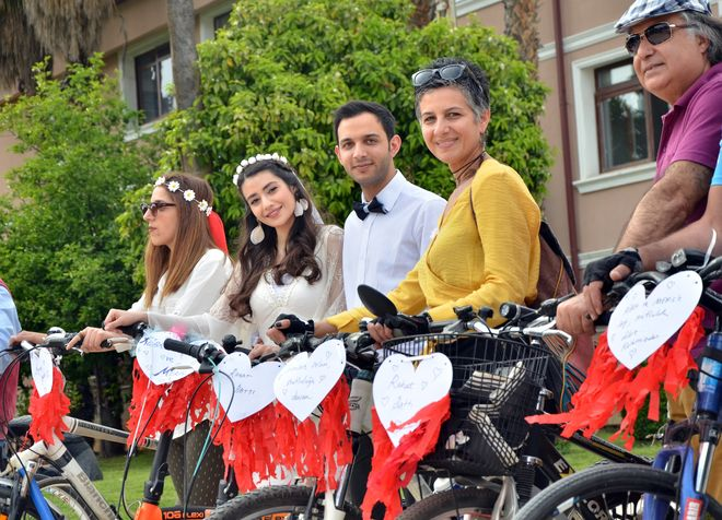 Gelin ve damat bisikletli konvoyla mutluluğa pedal çevirdi ile ilgili görsel sonucu