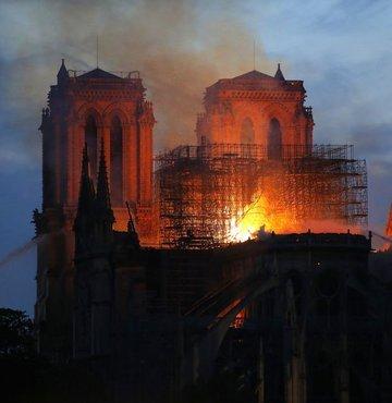 Notre Dame Katedrali'nde yangın söndürüldü!