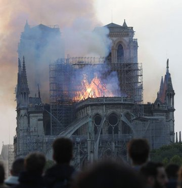 Fransız kültür tarihinin çok önemli parçalarından biri olan ve 9 asır önce inşa edilen Notre Dame Katedrali