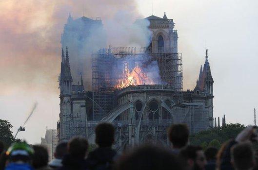 Notre Dame katedrali için yardım