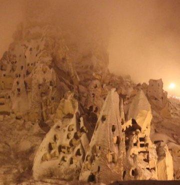 Türkiye'nin önemli turizm merkezlerinden Kapadokya bölgesinde nisan ayinda yagan kar yagisi peribacalarini beyaza bürüdü