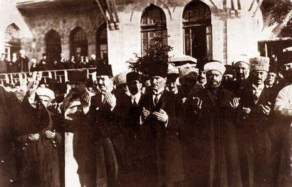 Büyük Millet Meclisi'nin önünde bir dua. Mustafa Kemal Paşa'nın solunda, Rauf Bey (Orbay) var.