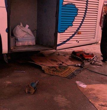 Malatya'da arizalanan otobüsü tamir eden 3 kisi krikolarin kaymasi sonucu olusan kazada otobüsün altinda kaldi. Hastaneye kaldirilan yaralilardan 3