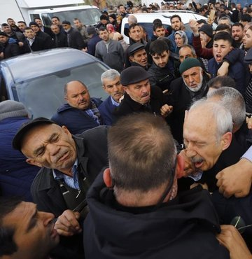 Son dakika... Kemal Kiliçdaroglu katildigi sehit cenazesinde bir grubun fiili saldirisina ugradi. Kiliçdaroglu