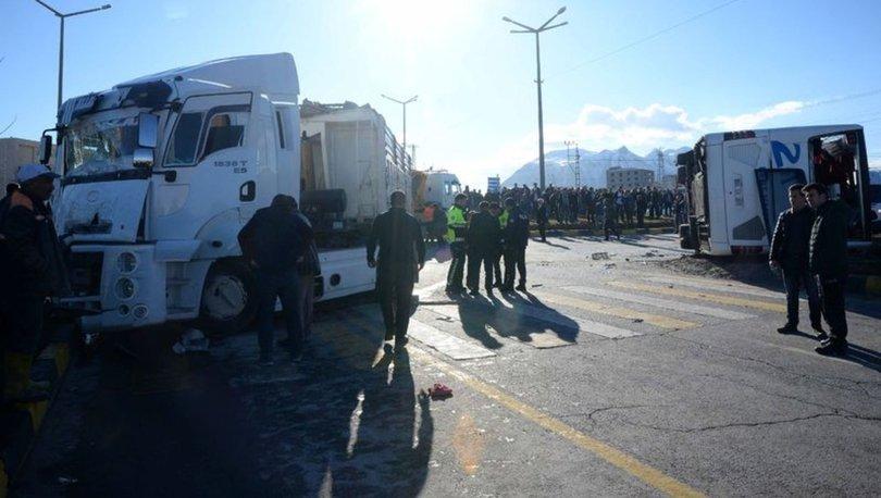 Bitlis'in Tatvan ilçesinde yolcu otobüsü ile tırın çarpışması sonucu 34 kişi yaralandı. ile ilgili görsel sonucu