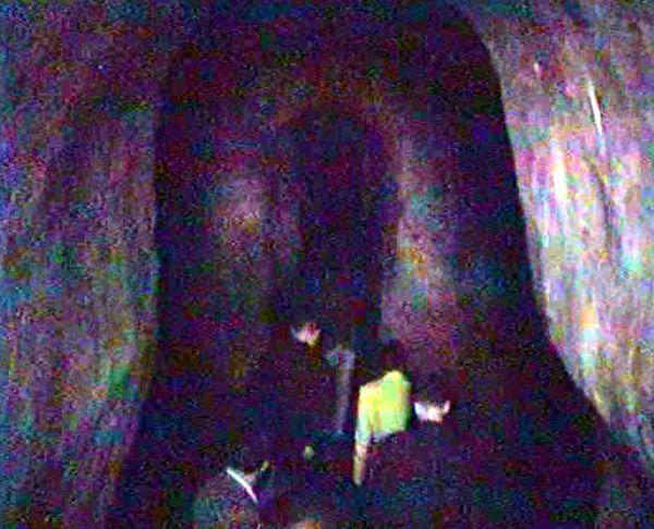 1990'larda, arkadaşlarımla beraber İstanbul'un yeraltı yollarında yaptığımız gezilerden biri: Surdışına uzanan dehlizin girişi...