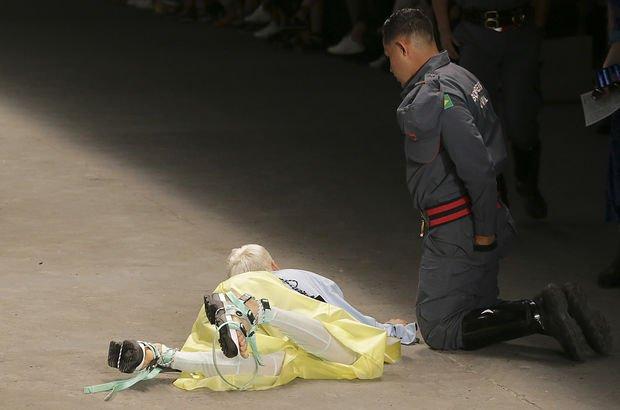 Podyumdan düşen manken hayatını kaybetti