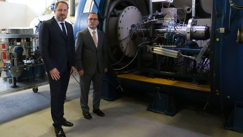 Güntay Şimşek, Kale Ar-Ge Geliştirme ve Test Merkezi'ni Kale Grubu Başkan Yardımcısı ve Teknik Bölüm Başkanı Osman Okyay ile birlikte gezip, geliştirilen motorun testini izledi.