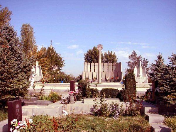 Yerablur Mezarlığı'nın girişi.