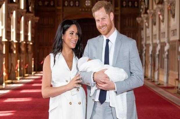 Prens Harry ve Meghan Markle çiftinin iki günlük oğullarının ilk fotoğrafları paylaşıldı