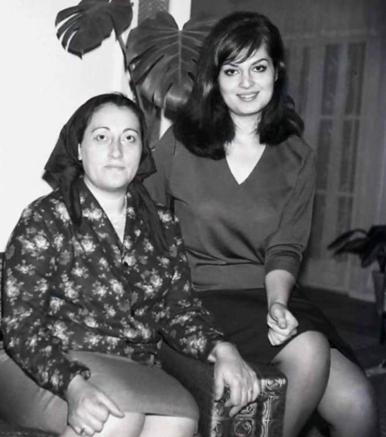 Türkan Şoray, annesi Meliha Sav ile görülüyor.